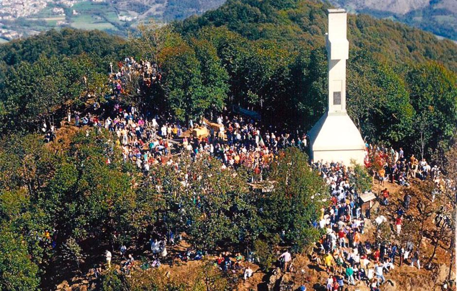 Gente in festa attorno alla croce del Musiné nel Centenario del 2001